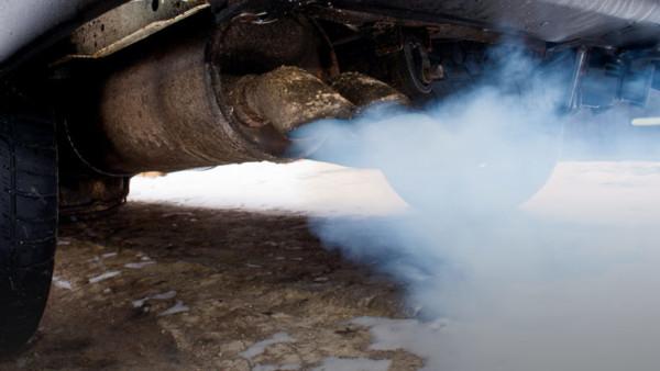 Ein Auspuff stößt Abgase nach außen.