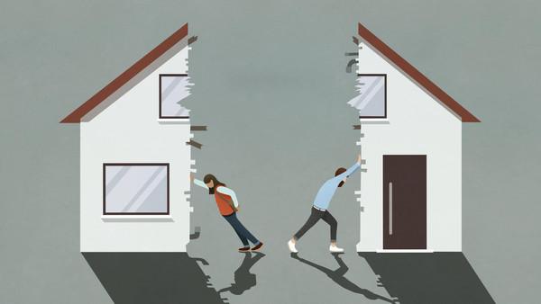 Ein Mann und eine Frau stehen zwischen einem auseinandergerissenen Haus und schieben ihren jeweiligen Teil vom Gebäude in unterschiedliche Richtungen.