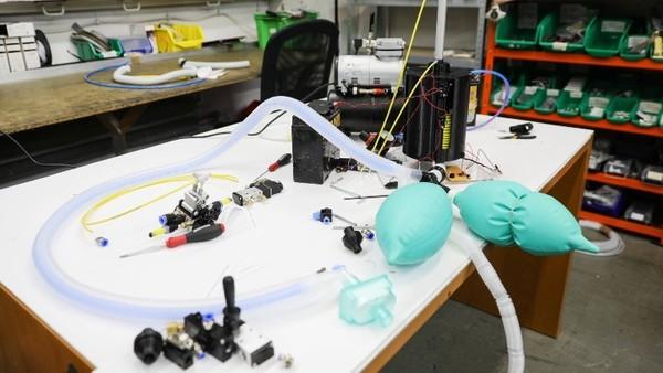 Ein Tisch zum Experimentieren mit 3-D-Drucker-Beatmungsgeräten