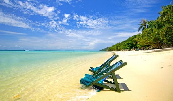 Leere Strandstühle an einem leeren Strand.