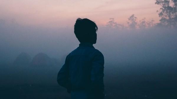 Rückenansicht, Mensch im Nebel, Symbolbild