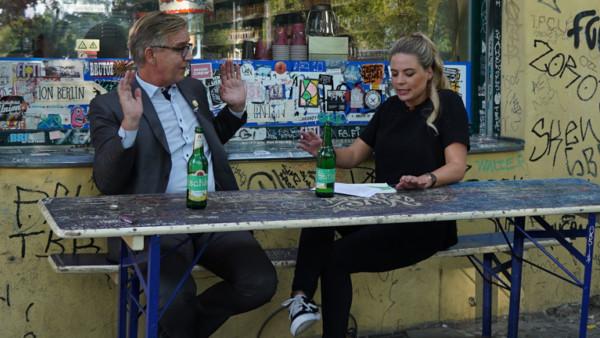 Ich würde nie: Dietmar Bartsch von Die Linke zusammen mit Deutschlandfunk Nova Reporterin Rahel Klein vor einem Kiosk in Berlin im Gespräch.