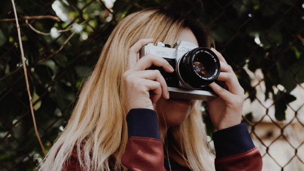 Eine Frau fotografiert