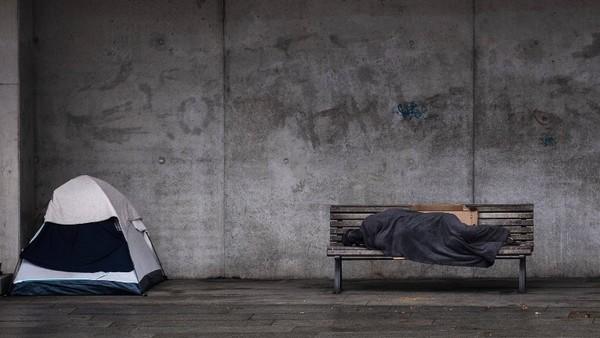 Ein Wohnungsloser auf einer Bank in Berlin