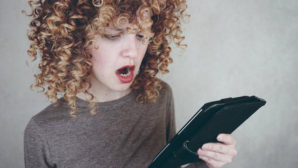 Frau, die ein E-Book liest