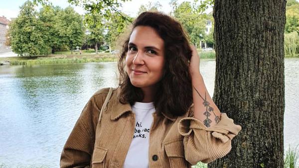 Porträt einer Frau am See. Es ist die Gesprächspartnerin Leyla