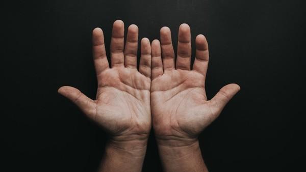 Zwei Hände, die offen gehalten sind