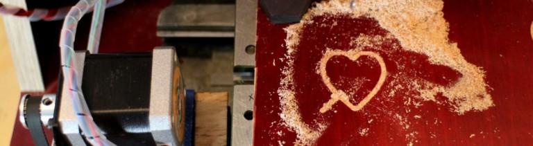 Eine selbstgebaut CNC-Fräse sägt ein Herz aus