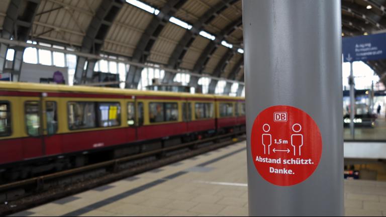 Ein Schild am Bahnhof mit dem Hinweis auf 1,5 Meter Abstand