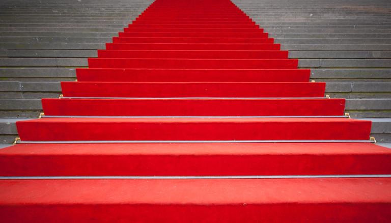 Treppe mit rotem Teppich