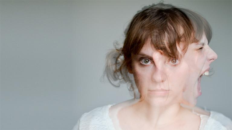 Eine Frau mit zwei Gesichtern. Eins schreit, eins guckt neutral.