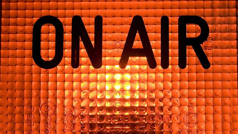 Ein On-Air-Zeichen leuchtet.