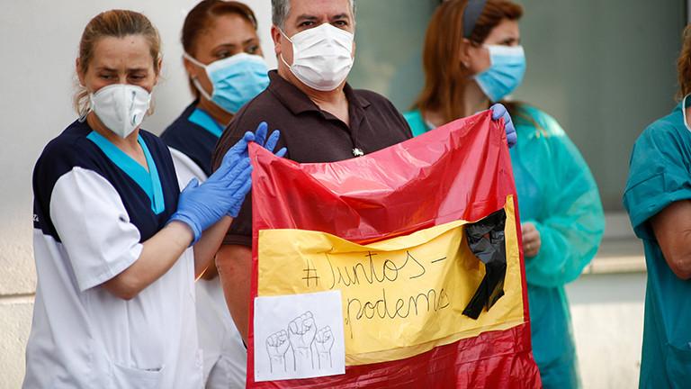 Menschen im Madrider Stadtteil Valdemoro zeigen sich solidarisch mit Pflegekräften am 07.04.2020.
