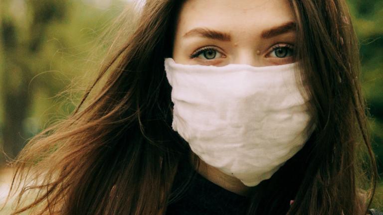 Eine Frau trägt einen Nase-Mund-Schutz.