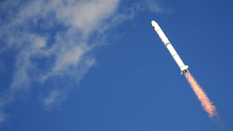 Eine Rakete startet ins All.