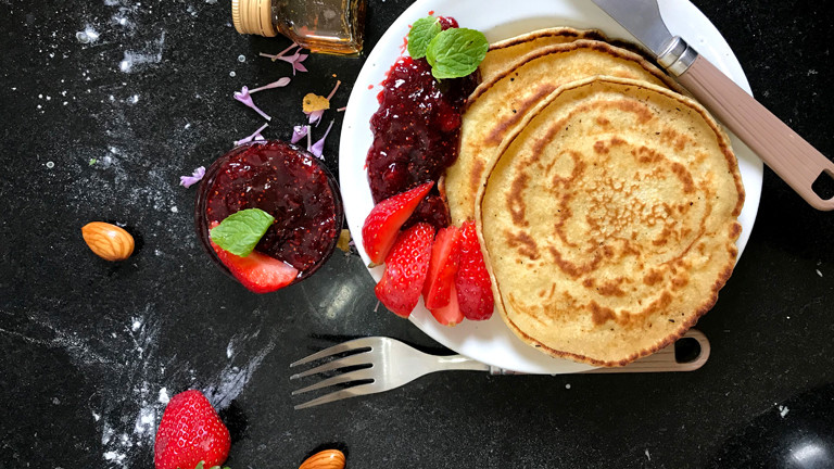Leckeres Frühstück mit Pancakes und Marmelade.
