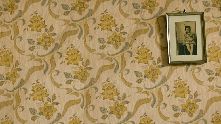 Ein Bild an einer Wand mit Tapete.