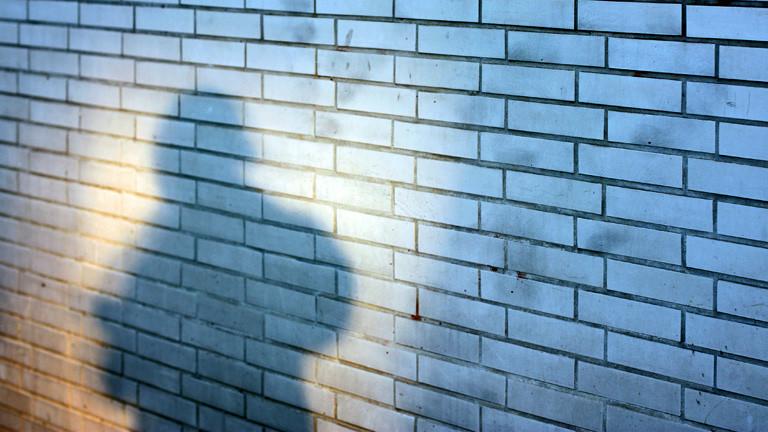 Häuserwand mit bedrohlichem Schatten