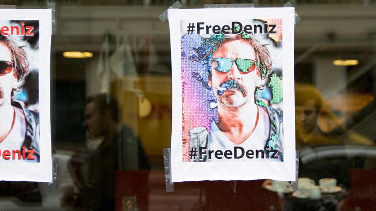 Protestplakat in einem Schaufenster der taz in Berlin