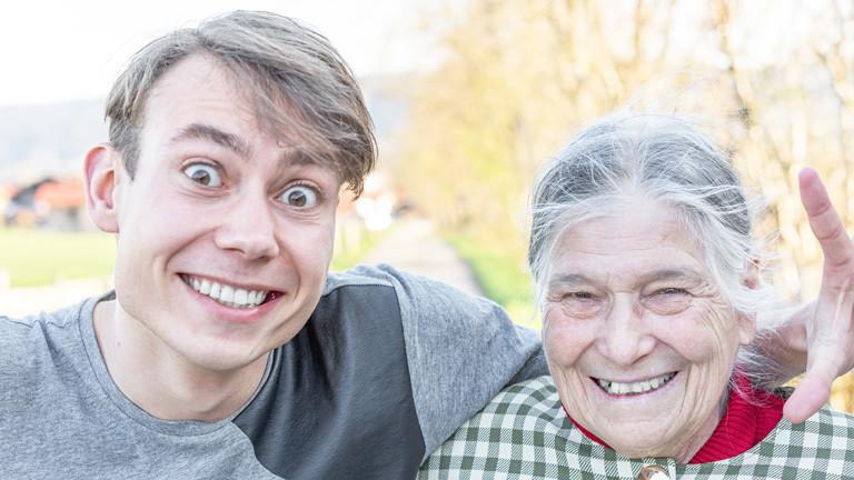 Glückliche Oma mit glücklichem Enkel
