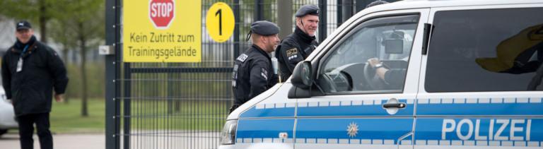 Polizisten stehen am 12.04.2017 vor dem Trainingsgelände von Borussia Dortmund in Dortmund (Nordrhein-Westfalen).