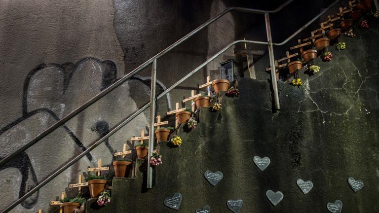 Holzkreuze für die 21 Opfer der Loveparade stehen am 04.12.2017 in Duisburg (Nordrhein-Westfalen) an einer Wand der Gedenkstätte für die Loveparadeopfer. Der Loveparade-Prozess beginnt am 08.12.2017 in Düsseldorf.