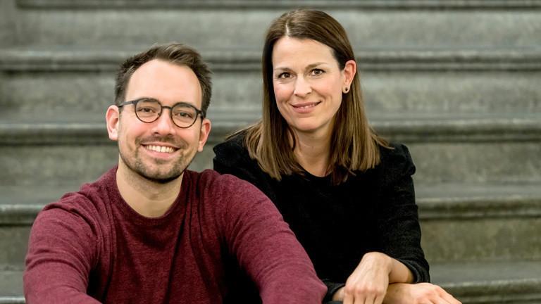 """Dominik Schottner (links) und Judith Eberth moderieren die Sendung """"Ab 21"""" bei Deutschlandfunk Nova"""