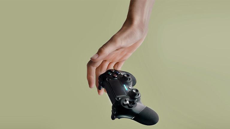 Eine Frauenhand und eine Spielkonsole