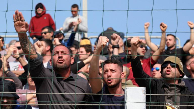Italienische Fussballfans des A Rom zeigen Hitlergruß im Stadion, 12.02.2017