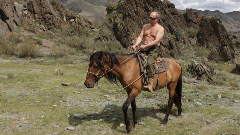 Putin reitet oben ohne auf einem Pferd