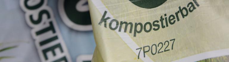 """Aufschrift """"kompostierbar"""" auf einer Plastiktüte"""