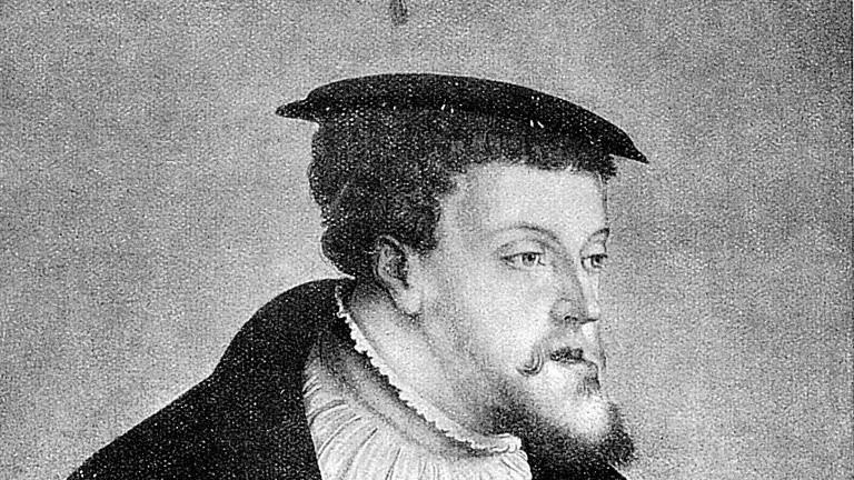 Das zeitgenössische Porträt von Christoph Amberger zeigt Karl V. (1500-1558), der als Karl I. von 1519 an König von Spanien und von 1516 auch Kaiser des Heiligen Römischen Reichs war. 1556 verzichtete er zugunsten seines Sohnes auf den spanischen Thron und zugunsten seines Bruders auf die Kaiserwürde. Durch die neuen Besitzungen in Amerika, regierte Karl V. über ein Reich, in dem die Sonne nie unterging.