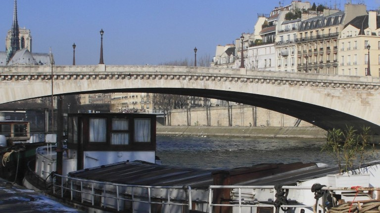 Ein Frachtschiff auf der Seine
