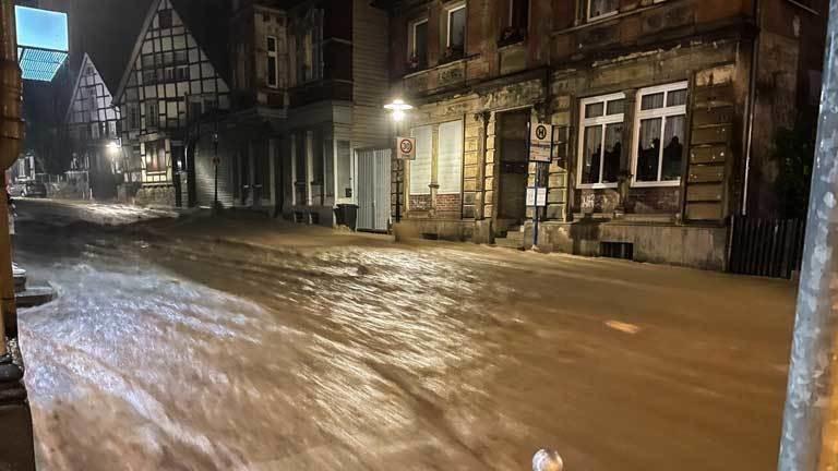 Wasser läuft eine Straße in Hagen runter - beim Hochwasser am 14.07.2021.