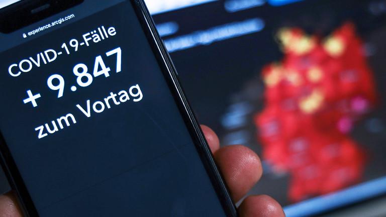 Auf einem Handy stehen die aktuellen Corona-Zahlen vom 04.01.2021.