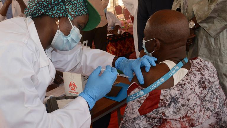Ein Mann in Mali wird geimpft.