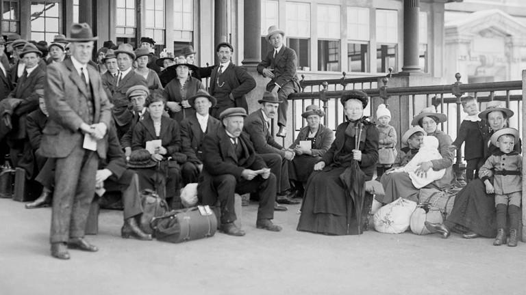 Europäische Imigrantinnen und Imigranten erreichen die USA auf Ellis Island, New York, im Jahr 1920.