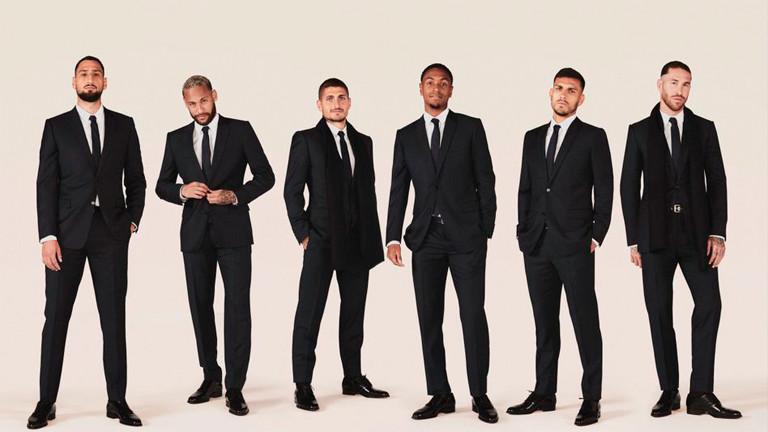 Spieler von Paris Saint Germain zeigen ihre Anzüge.