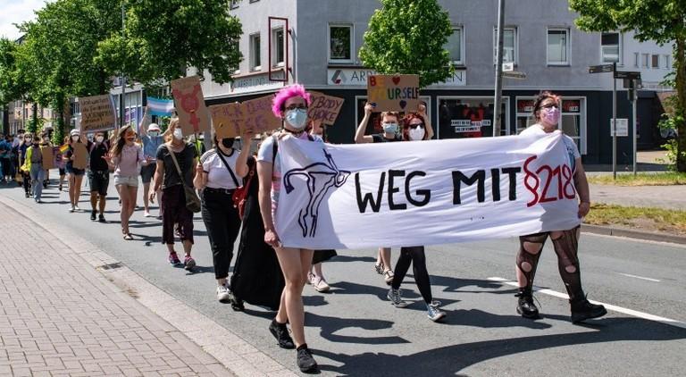 20.06.2021 Etwa 200 Menschen demonstrierten in Oldenburg für körperliche und sexuelle Selbstbestimmung und gegen 219 und das TSG Transsexuellengesetz .