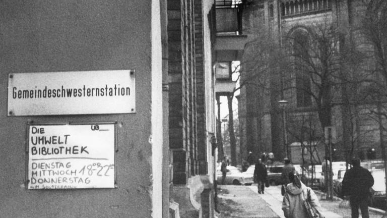 Der Eingang der Umweltbibliothek in Ost-Berlin