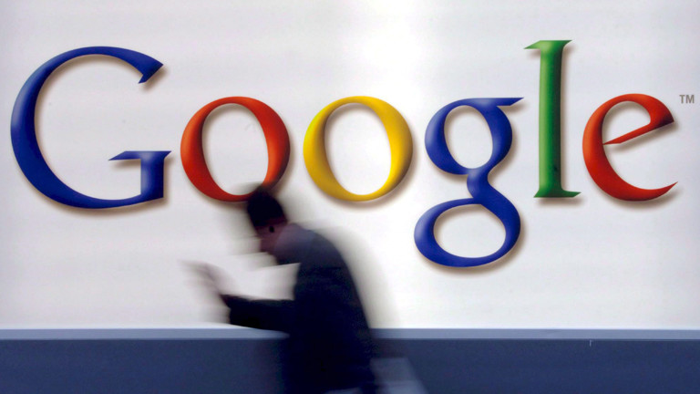 Eine unscharfe Person, die an einer Google-Werbung vorbeiläuft.