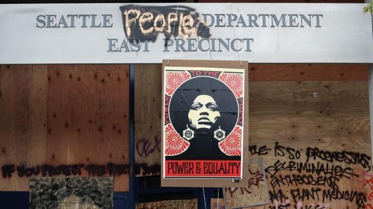Ein Plakat mit dem Konterfei von Angela Davis in Seattle