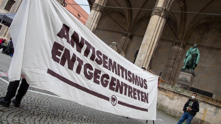 Kundgebung gegen Antisemitismus in München, Transparent: Antisemitismus entgegentreten .