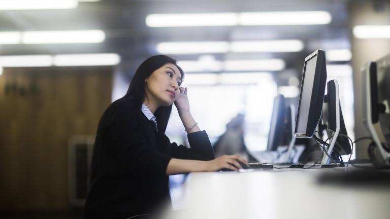 Frau bei der Büroarbeit (Symbolbild)