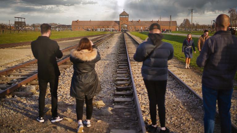 Besucherinnen und Besucher des Vernichtungslagers Auschwitz am 19.11.2019