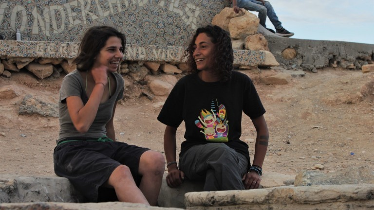 Zwei junge Frauen im Skaterpark in Marokko