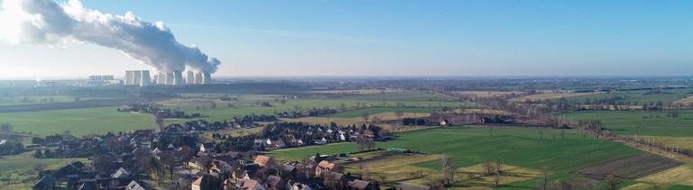 Braunkohlekraftwerke in Brandenburg: im Vordergrund der Ort Jänschwalde-Dorf