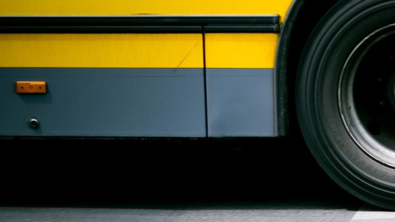 Teilansicht eines Buses auf einer Straße