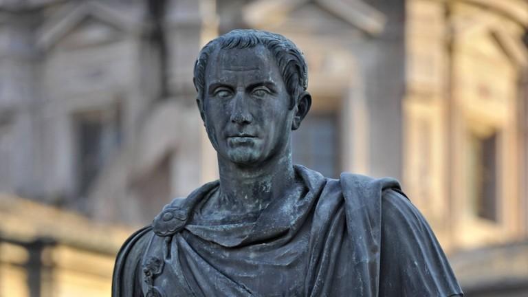 Bronzestatue des römischen Kaisers Gaius Julius Cäsar am Cäsar-Forum, Via dei Fori Imperiali, Rom, Latium, Italien, Europa
