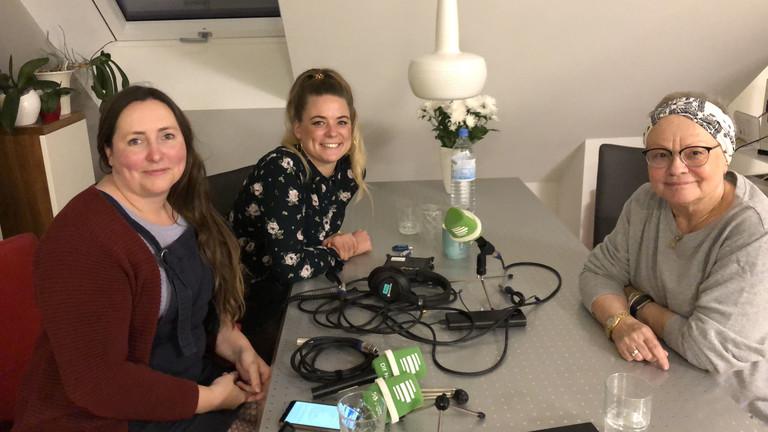 Dlf-Nova-Reporterinnen Tina Howard (l.) und Rahel Klein (m.) beim Interview mit Christa Herwig.